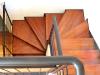 Escalera con Madera y contrahuellas metálicas. Giro de la escalera