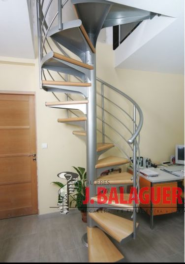 Escalera Caracol Modelo M1 barandilla H4 con Pasamano metálico