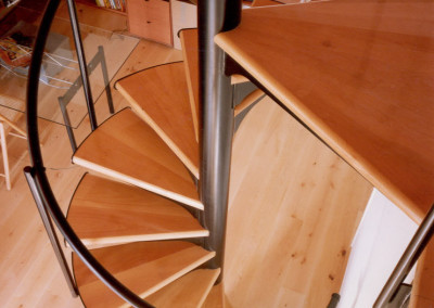 Escaleras caracol con madera. Modelo M1 barandilla TC