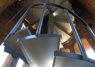 Escalera caracol metálica Modelo M47 barandilla TC.
