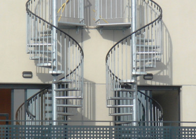 Escaleras caracol metálicas M4 barandilla Triple.