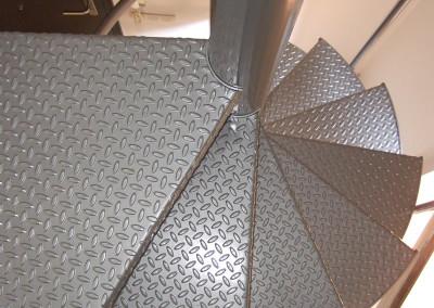 Escalera caracol metálica Modelo M47 barandilla TC. con Pasamano metálico.